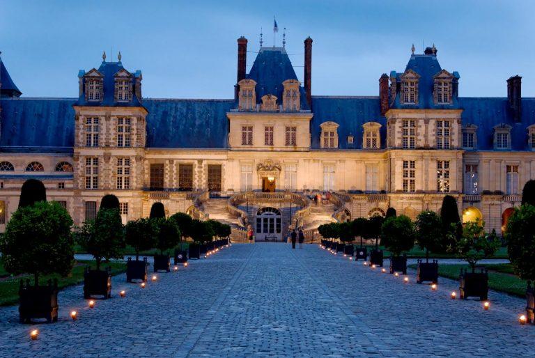 Chemin de bougies dans la cour d'Honneur du château de Fontainebleau