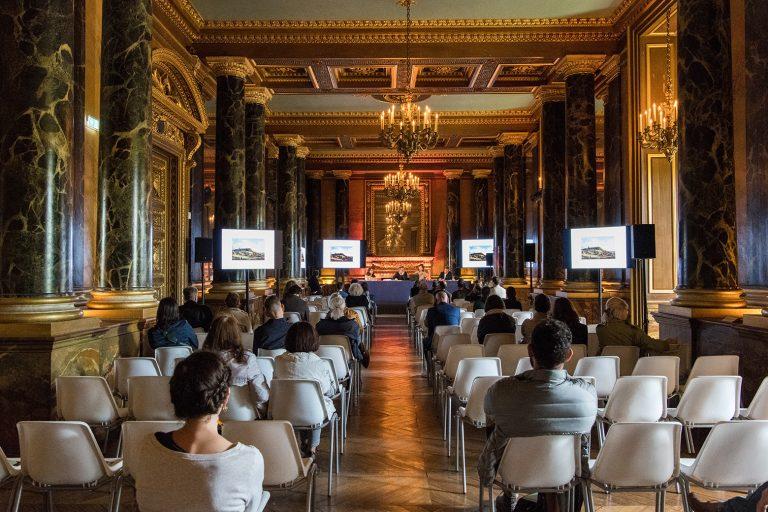 Conférence dans la salle des Colonnes du château de Fontainebleau