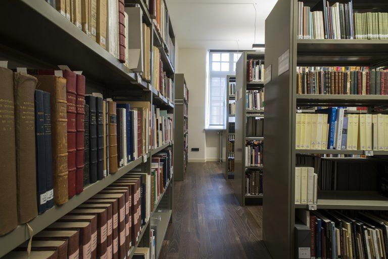 Bibliothèque du château de Fontainebleau et consultation d'ouvrages