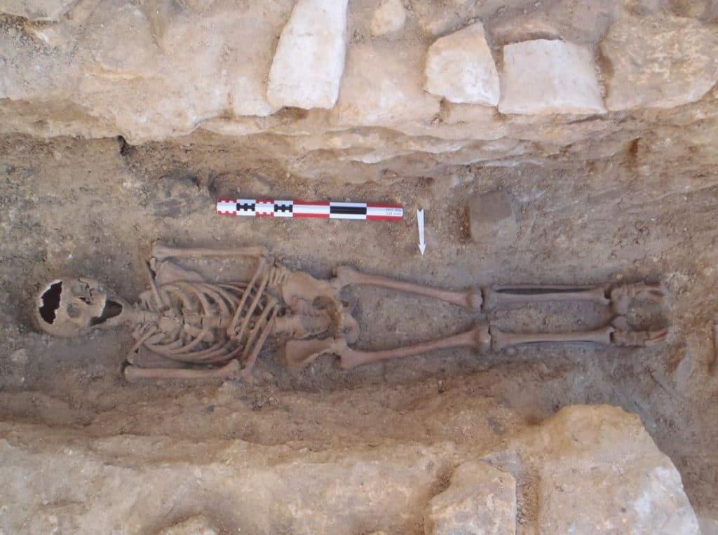 Sépulture médiévale découverte au pied de l'escalier en Fer-à-Cheval. © Nathalie Ameye, Inrap